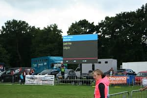 LED scherm met uitslagen van springwedstrijd