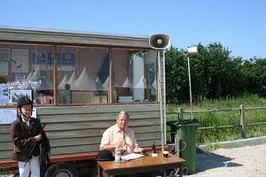 Speakers en geluidapparatuur op een outdoor concours